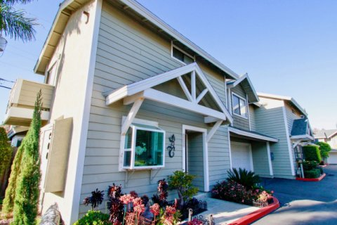 Quiet Bay Townhomes Costa Mesa
