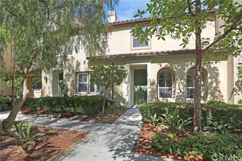 48 Paseo Del Rey is a Alassio charmer. This three bedroom, two and a half bath is ready for its new owners to come in and make it there own.