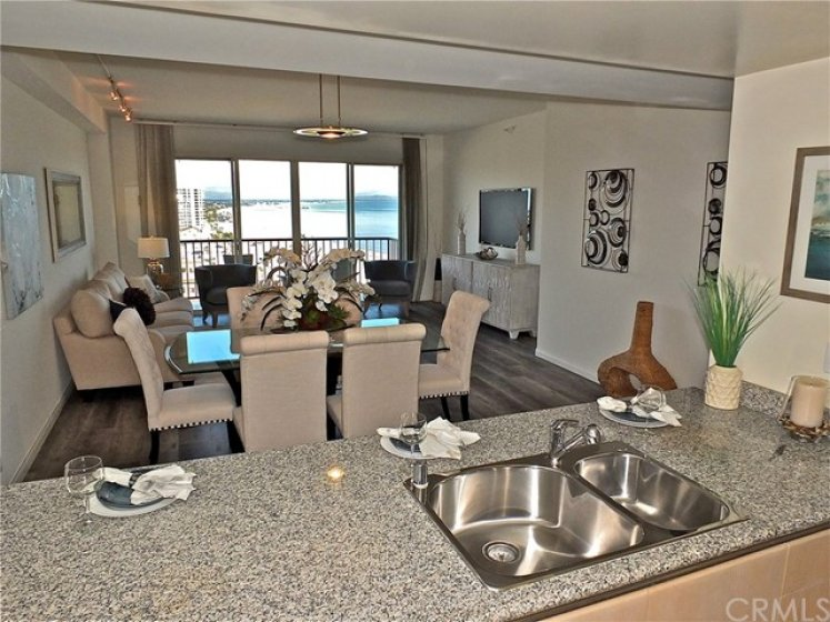 Amazing views to the sand and the ocean from the Kitchen.