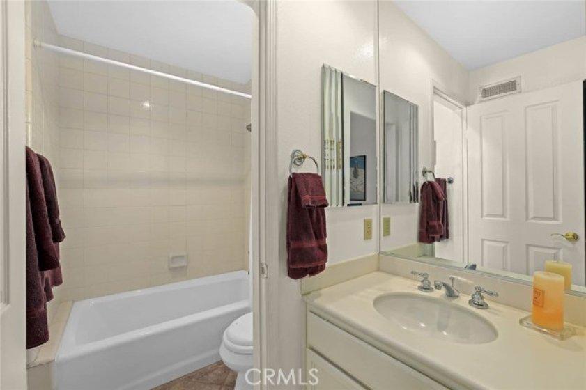 Full en suite bathroom.