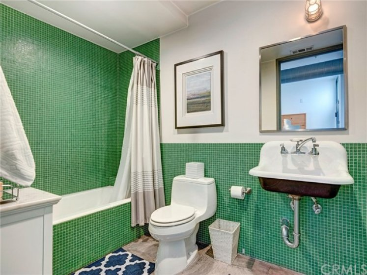 Full guest bathroom with shower/tub combo.