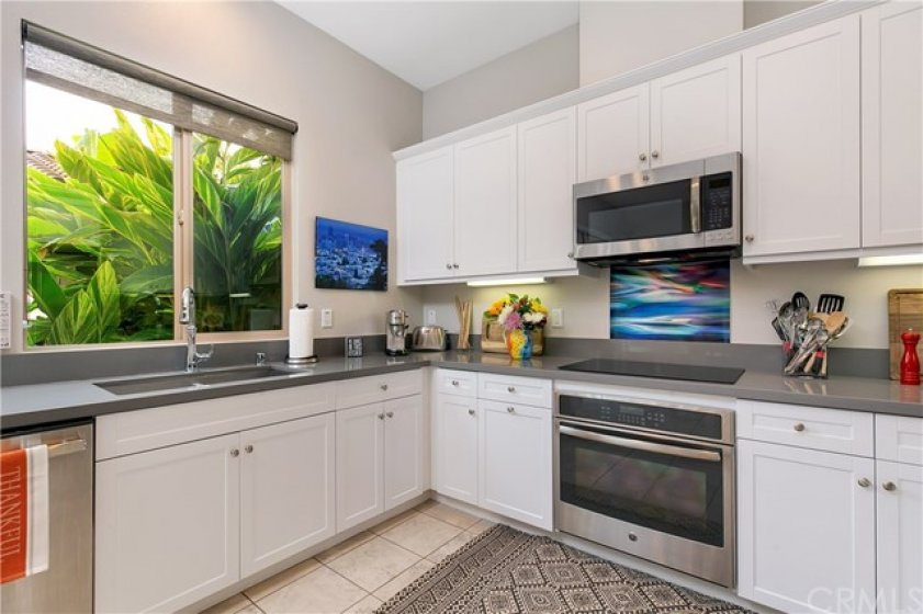 Gorgeous Expansive Kitchen with Soft Close Cabinetry & Stainless Steel Appliances