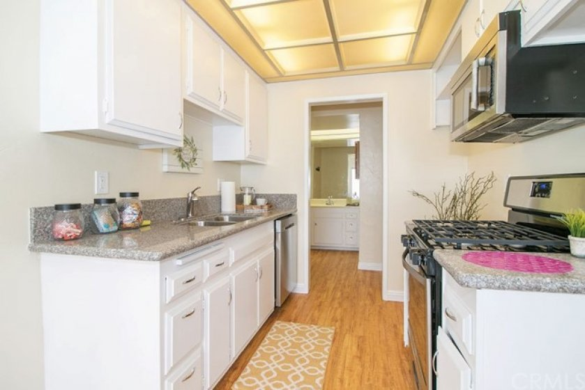 Welcome to the nicely updated kitchen.