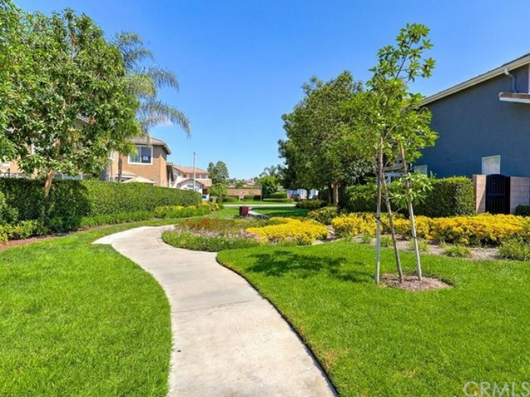 This home sits next to a greenbelt with a path through the neighborhood toward Canyonview park.