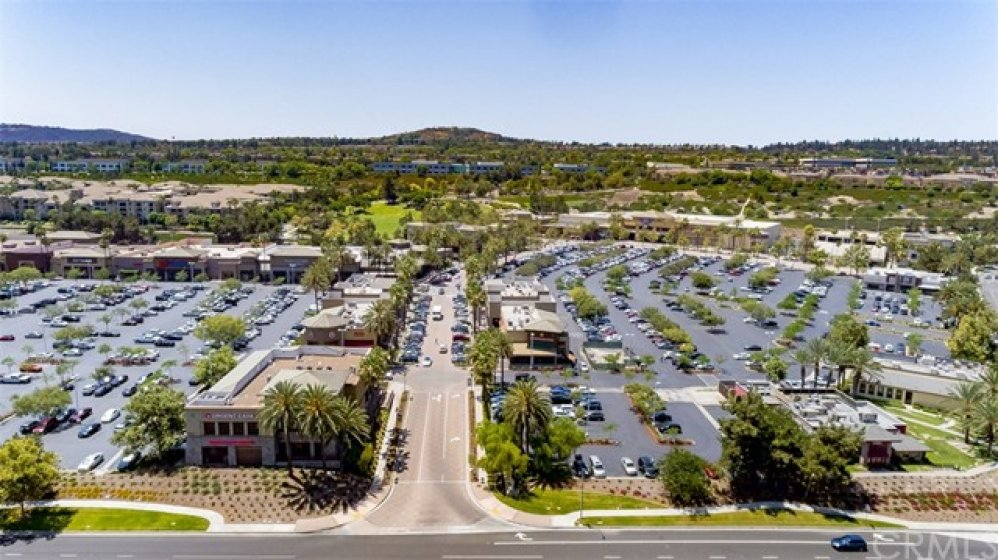 Just 2 miles to Aliso Town Center (huge busy shopping center with restaurants, shops, Edwards theater, Trader Joe's, etc).