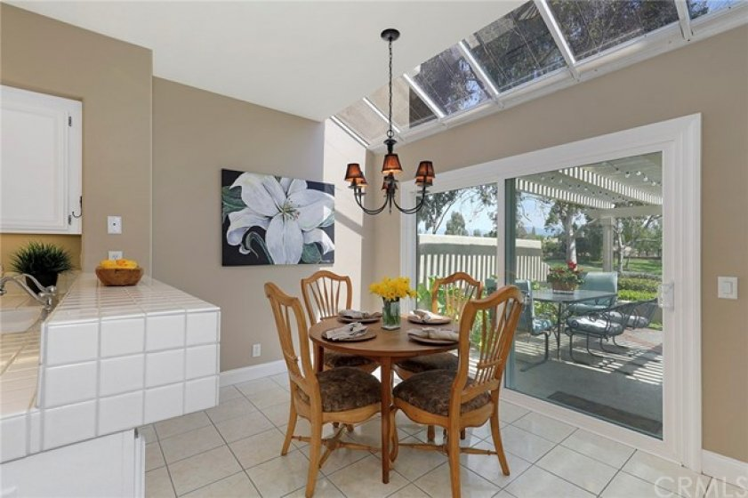 Kitchen nook with solarium windows and access to the backyard - Enjoy the view while having coffee