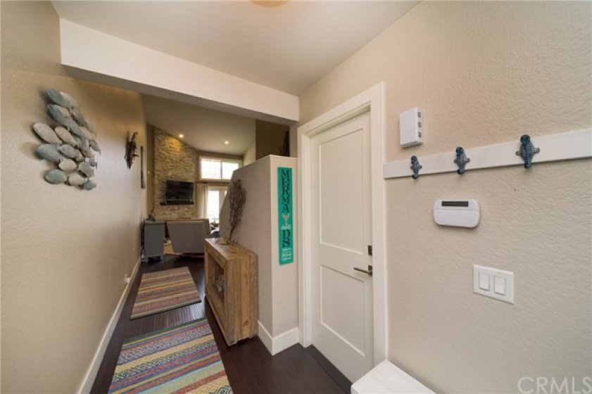 Foyer plus direct access to garage