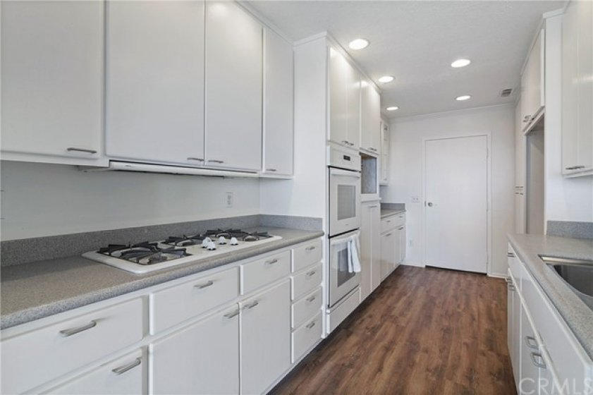 5-cooktop, double oven, and lots of storage