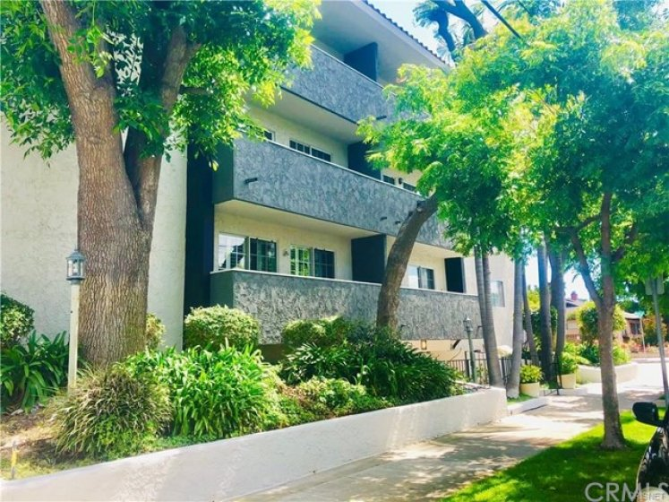 Welcome to 4140 Warner Boulevard, Toluca Lake side of Burbank close to shops, studios, restaurants and more!