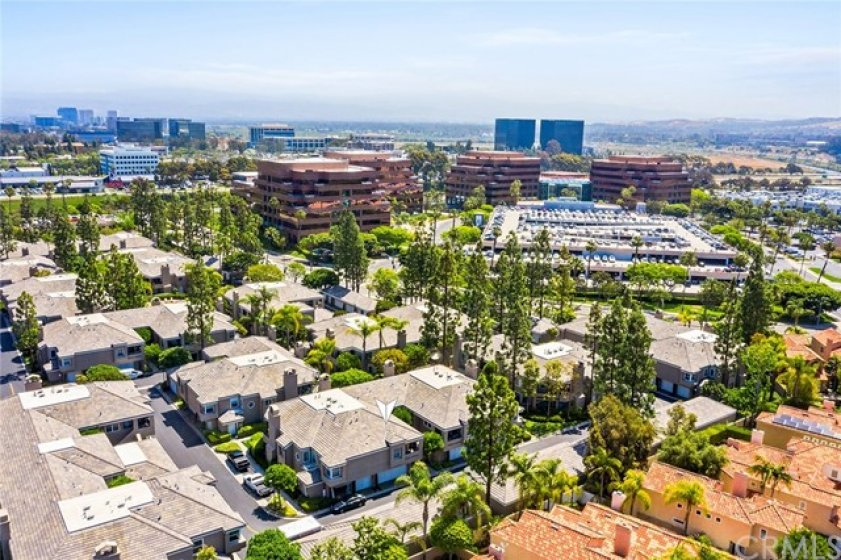 The Baycrest community is only a 5 minute drive to John Wayne Airport, 10 min. drive to Fashion Island or UCI and the beaches and 15 mins to South Coast Plaza and so much more.