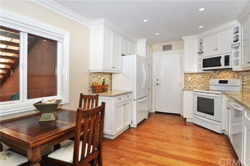 Newer kitchen, oven has never been used.