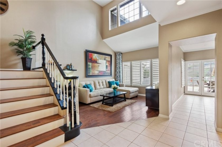 Natural light pours in through the abundant windows ungraded with plantation shutters. Easy care tile floors throught the entry, kitchen and dining room.