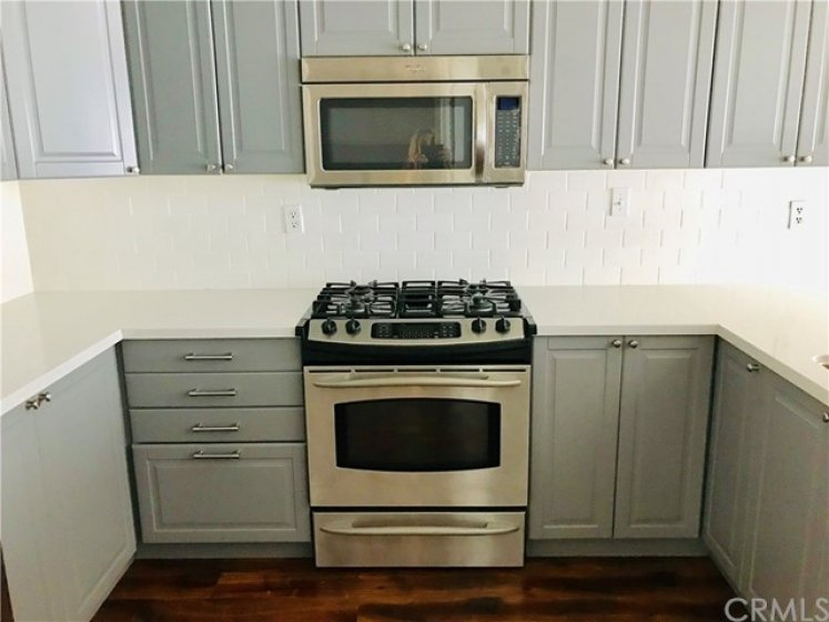Quality Cabinets with Soft Close Doors & Drawers. 6 Burner Gas Cook Top