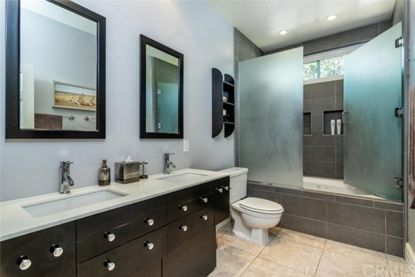 Master bath with to sinks and soaking tub. (spa jets are not working)