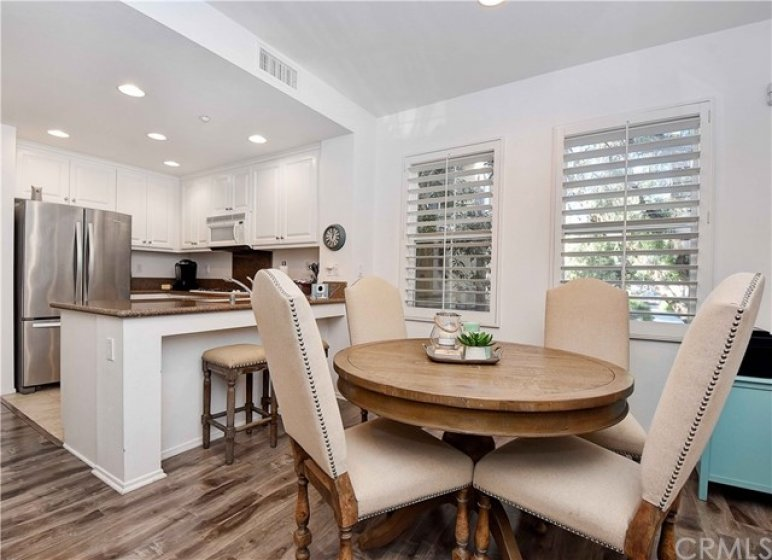 Breakfast Nook, Dine in Counter, Trees Views!