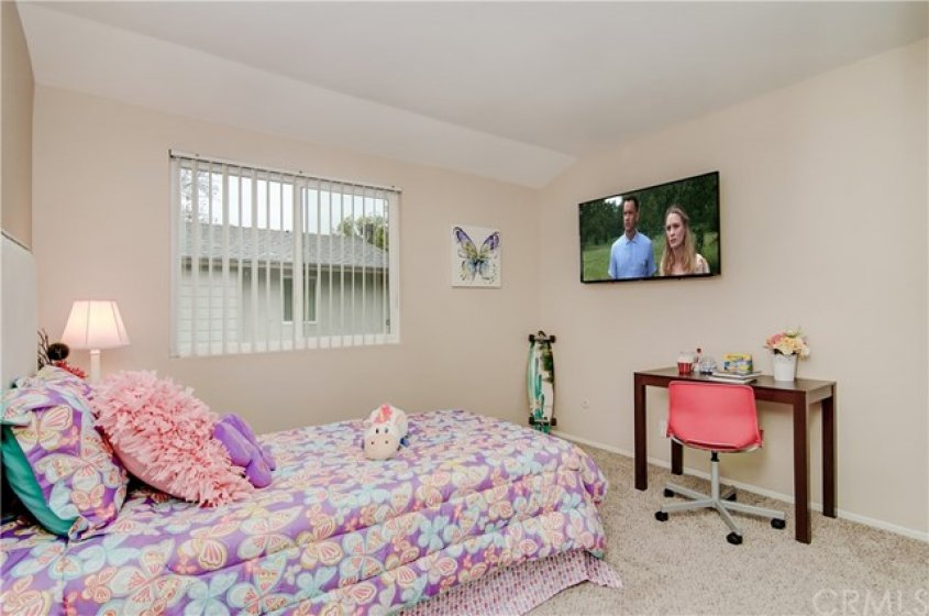 SECONDARY BEDROOM WITH WINDOW BLINDS.