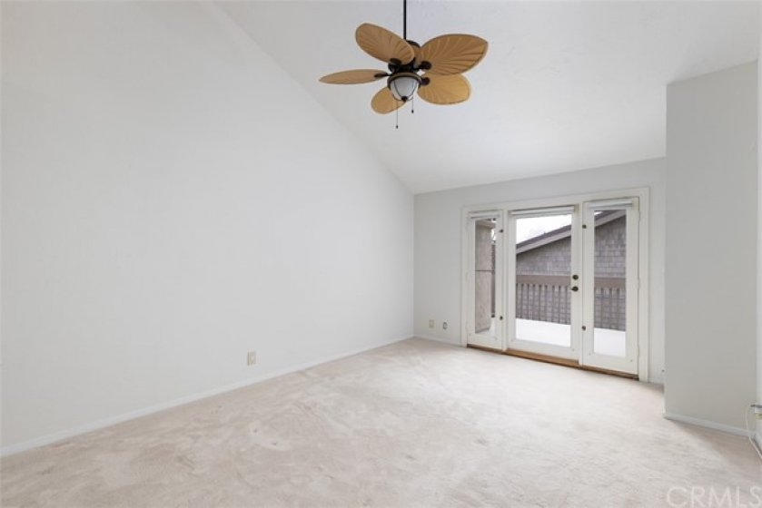 Large Master Bedroom w/vaulted ceiling & fan