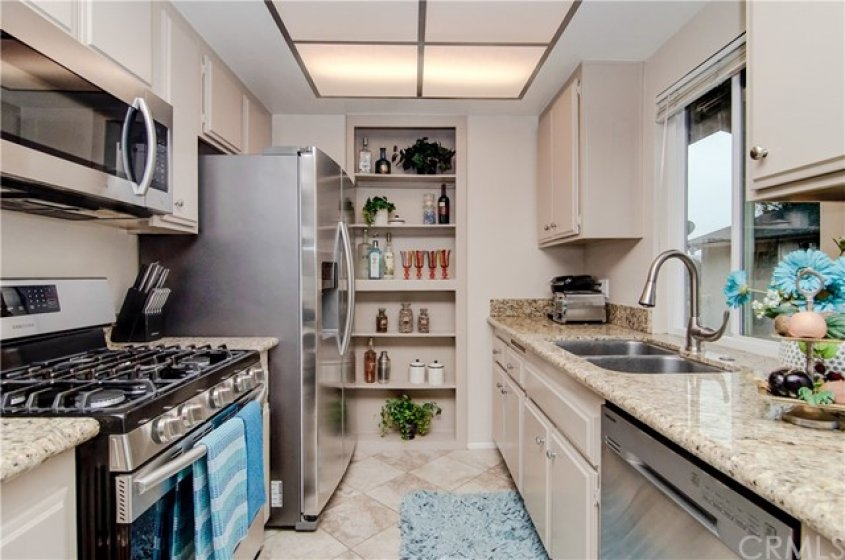 GREAT KITCHEN WITH GRANITE COUNTERS, TILE FLOORING AND STAINLESS STEEL APPLIANCES.