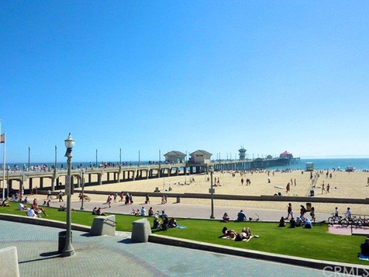 Huntington Beach Pier Plaza and boardwalk