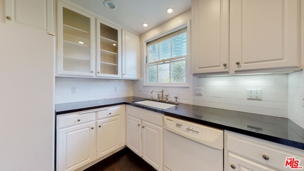 Bright, clean kitchen wi great cabinets.