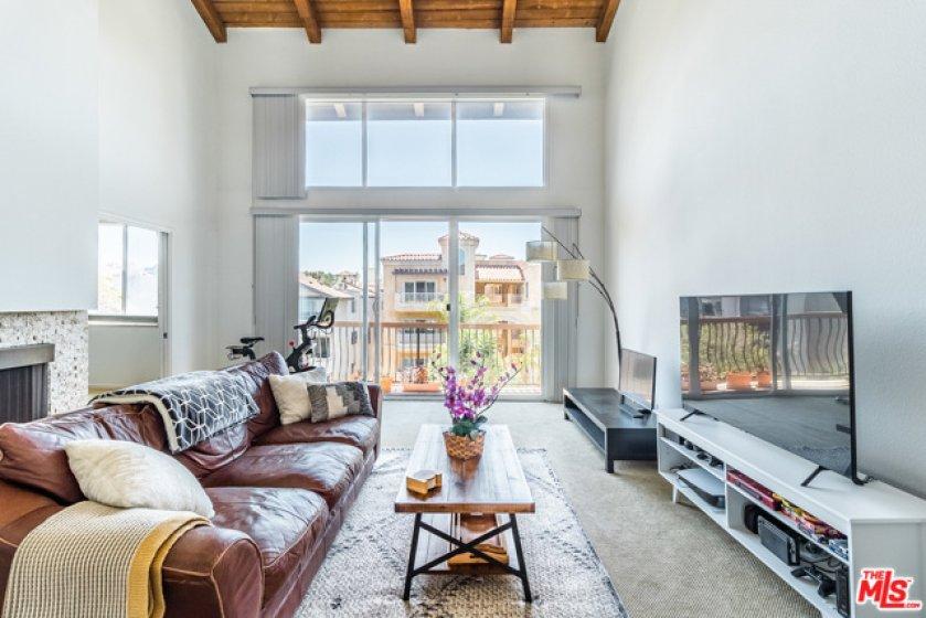 Living Room wi Vaulted Ceilings