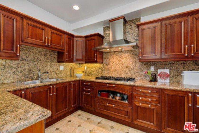 Gourmet Kitchen w Viking Appliances