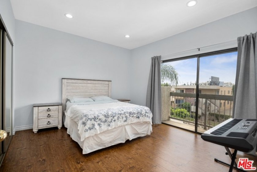 guest bedroom wi private balcony