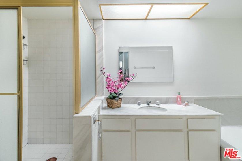 Master Baroom wi Separate Tub & Shower