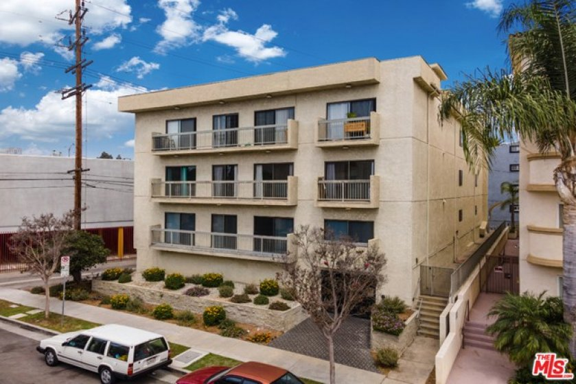 building is conveniently located one block away from Westwood Blvd full of restaurants and grocery shops and close to Westfield Century City
