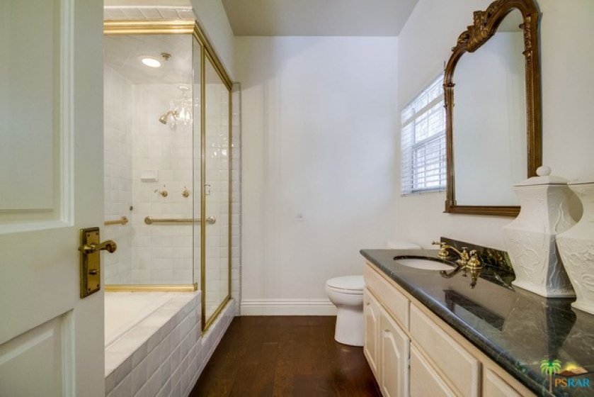 Master bath w/ tub + shower