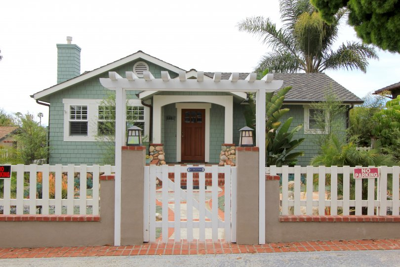 This cozy single family home resides popular Encinitas Highlands Community