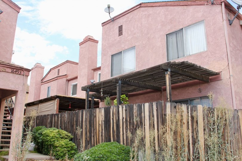 Sycaore Landing, in Lake Elsinore, California, has a rosy exterior finish with rough hewn fencing