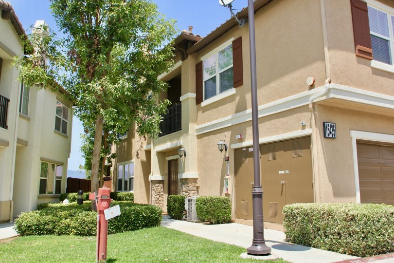 A sunny day in the Vista Del Lago Townhomes a beautiful house and trees.