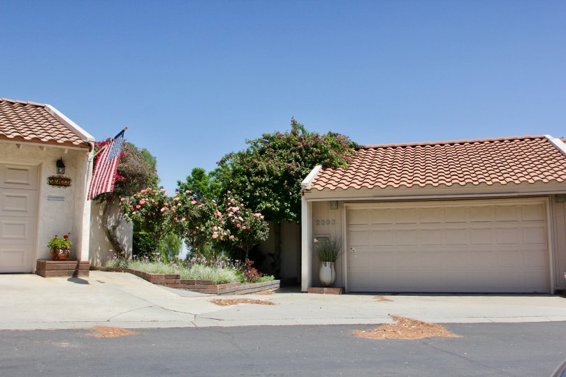 Sunset Ridge riverside California two small size building very quit yellow color paint attach near walking place