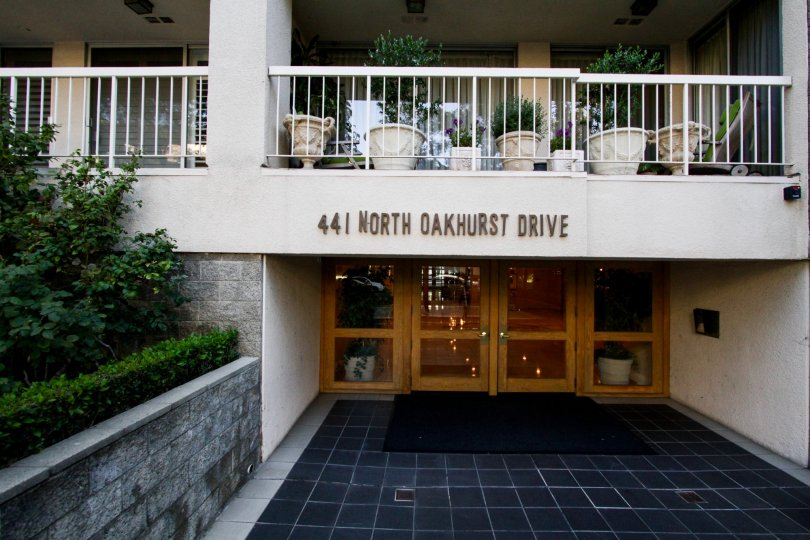 The entrance into 441 N Oakhurst