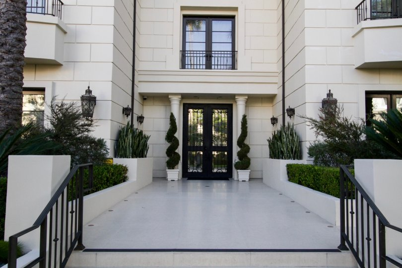 The entrance into 443 N Palm Dr