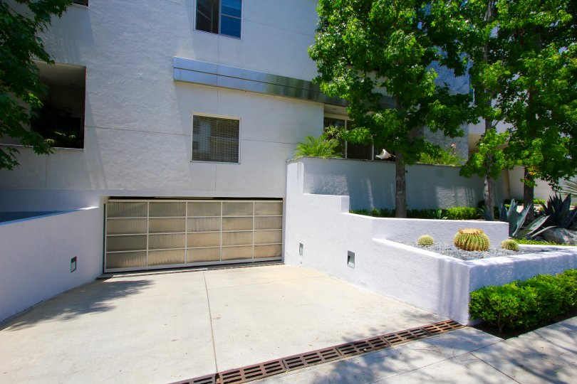 Parking at 455 N Palm Dr in Beverly Hills