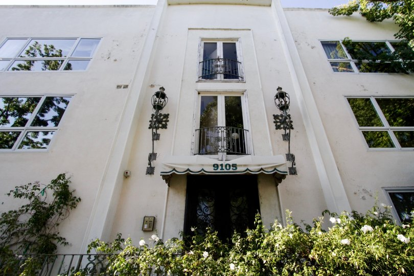 The entrance into 9105 Carmelita in Beverly Hills