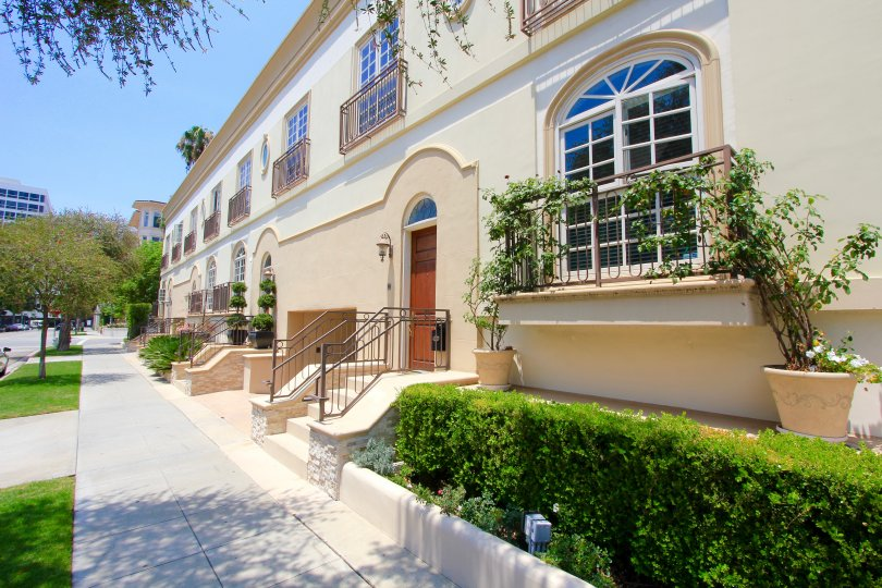 The hedges around Crescent Townhomes in Beverly Hills