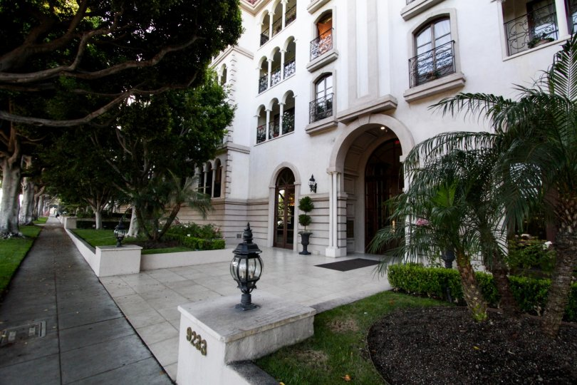 The walkway around the Le Faubourg St Honore in Beverly Hills