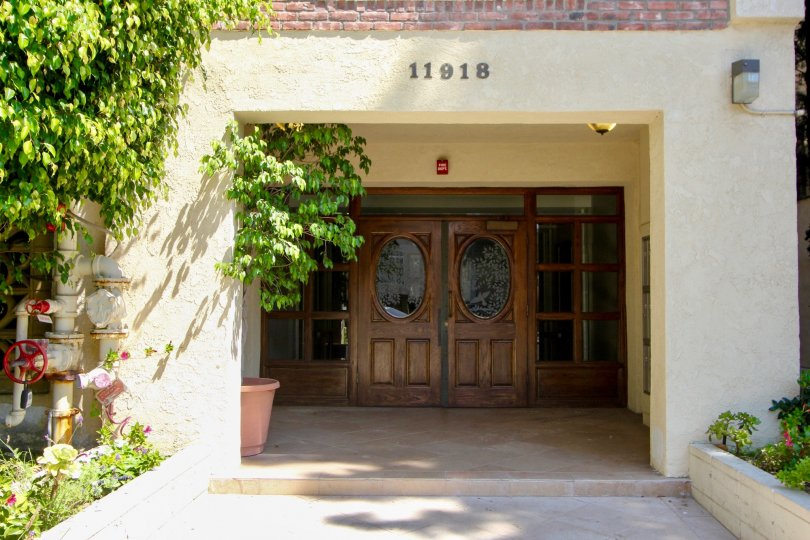 close shot of 11918 kiowa and it's classy door entrance, brentwood, California