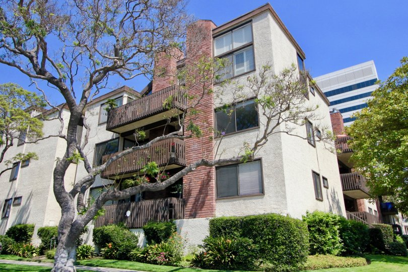 12124 Goshen building in Brentwood California on a bright, sunny day