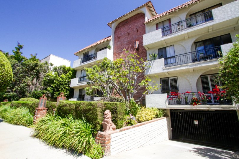 View of the Las Leonas condo building in Brentwood