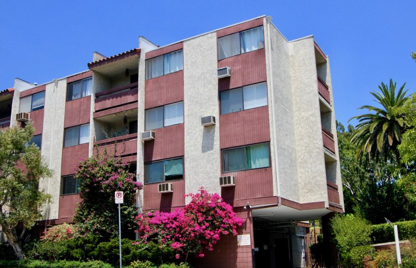 Beautiful three storey building in Casa Real with red paint design, Santa Monica