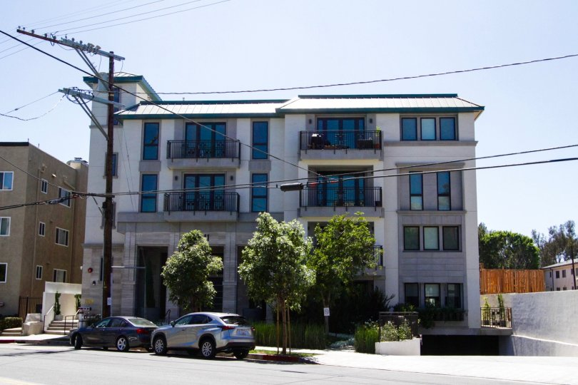 Front view of the Cosmopolitan Brentwood building