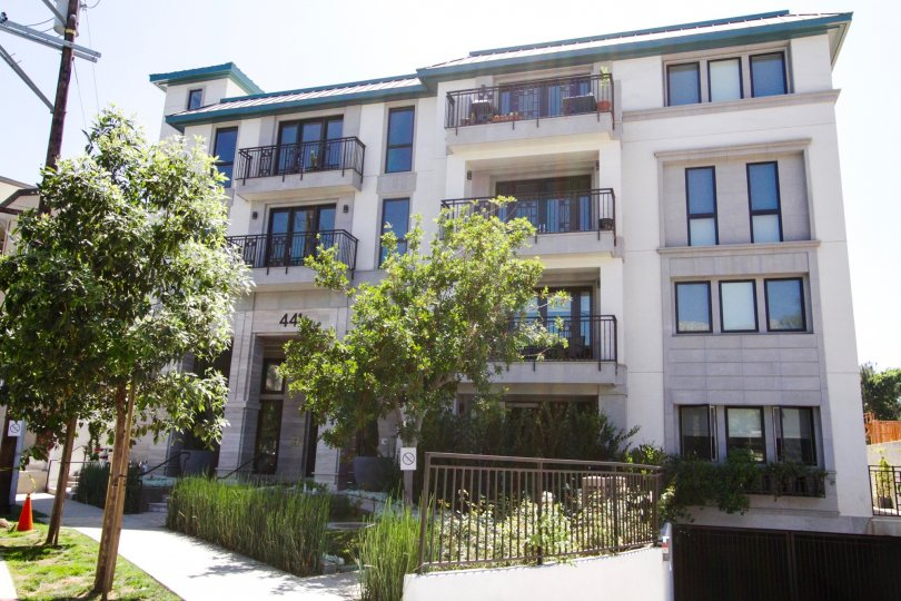 The Cosmopolitan Brentwood is lushly landscaped