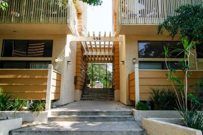 The entrance into 456 E San Jose Ave