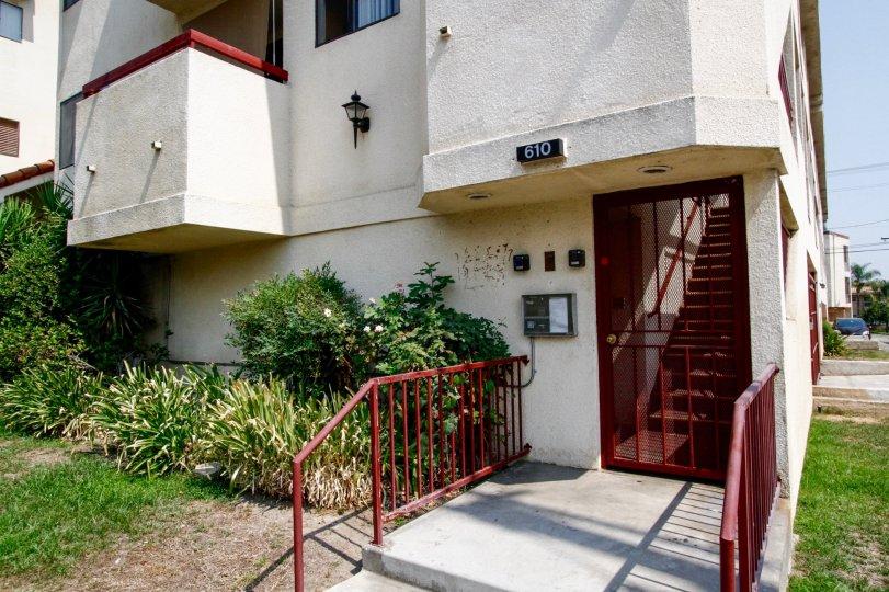 The entryway into 610 E Harvard Rd in Burbank California