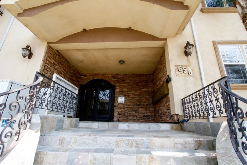 The entryway into 650 E Palm Ave
