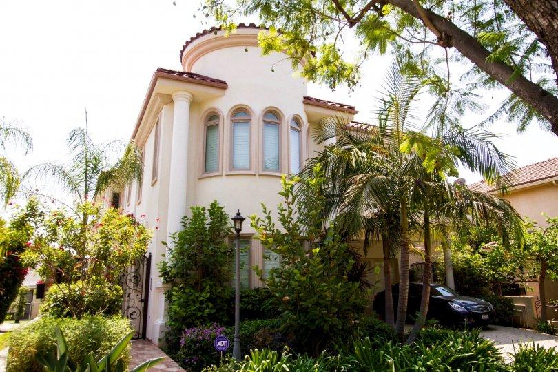 The architecture of 726 E Santa Anita Ave